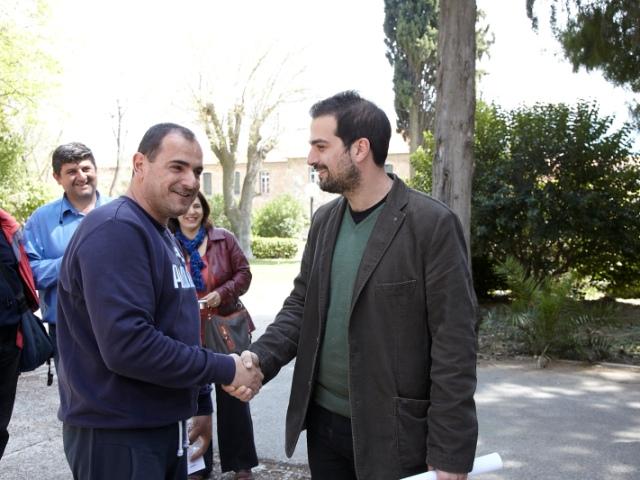Ο Γαβριήλ Σακελλαρίδης με τον πρόεδρο του σωματείου εργαζομένων στο γηροκομείο Δημήτρη Παπαχρήστου
