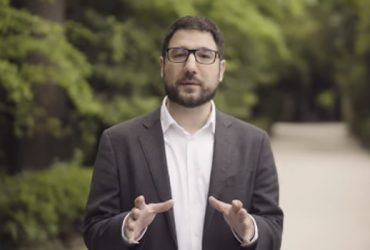 Επίσκεψη του Νάσου Ηλιόπουλου στο προεκλογικό περίπτερο του Κ. Μπακογιάννη και δήλωση για την επίθεση